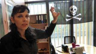 Image copyright                  Reuters                  Image caption                                      El partido Pirata de Birgitta Jónsdóttir marcha a la cabeza de las encuestas.                                Con solo 320.000 habitantes y uno de los parlamentos más antiguos del mundo, Islandia también es una de las naciones más equitativas y con me