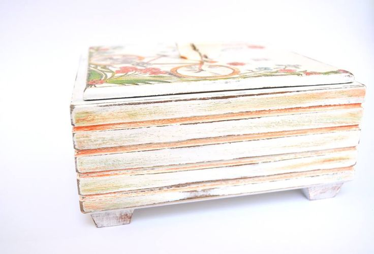 Jewlery box decoupaged and distressed #decoupage #diy #distressed See more on https://www.facebook.com/CredentulVesel
