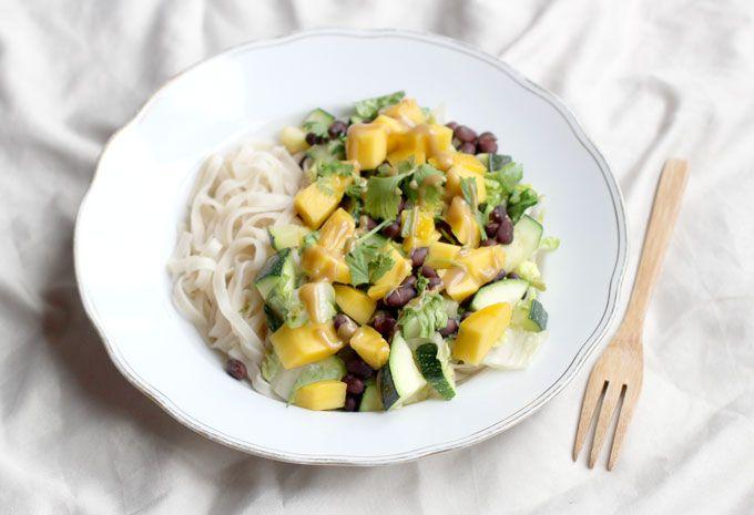 Mango-zwarte bonen noedels met tahin saus