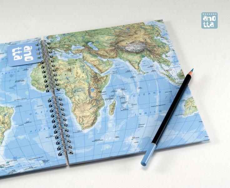 Libreta hecha a mano reciclando dos páginas de un viejo atlas.