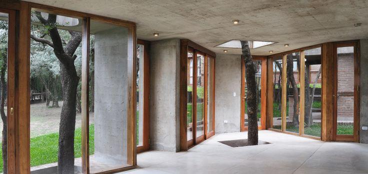 Construído na 2007 na Córdoba, Argentina. Imagens do Unknown photographer, Lescano + Beviglia. Este projeto cria uma churrasqueira como extensão de uma casa existente em uma área com alta densidade de arborização nativa.  O programa consiste em...