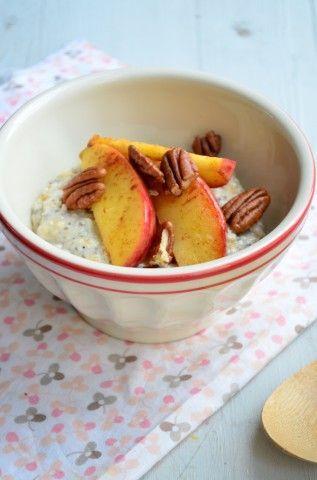 Gezond ontbijt, havermout pap met gebakken kaneelappeltjes. Lekker en voedzaam begin van de dag.