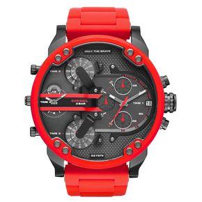 Diesel DZ7370 Mr. Daddy 2.0. De rode Diesel DZ7370 is een echte eyecatcher en is dankzij haar afmetingen niet te missen. De horlogekast is maar liefst 57*66mm. Een fantastisch horloge, exclusief verkrijgbaar bij Kish.nl. Het horloge is rood met 'gunmetal' grijs gekleurd en gemaakt van staal. De wijzerplaat is in lagen opgebouwd voor een robuust effect. U stelt maar liefst 4 verschillende tijden in op dit horloge. https://www.kish.nl/Diesel-horloge-DZ7370-Mr-Daddy-2.0/
