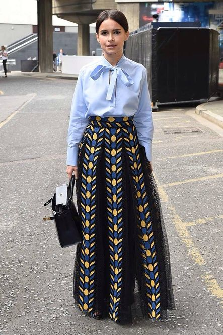 重めの生地のロングスカートも軽やかなブラウスをインすることで上品でモードな印象に