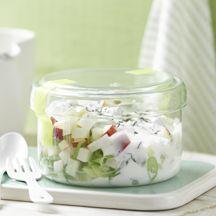 Apfel-Kohlrabi-Salat mit Thymiandressing 1   1 Knolle(n) Kohlrabi, klein      1 Stück (klein) Äpfel      1 Stück Frühlingszwiebeln/Lauchzwiebeln      125 g Magermilchjoghurt, Natur, bis 0,5 % Fett    2 EL Zitronensaft    1/4 TL Thymian, gehackt    1 Prise(n) Jodsalz    1 Prise(n) Pfeffer