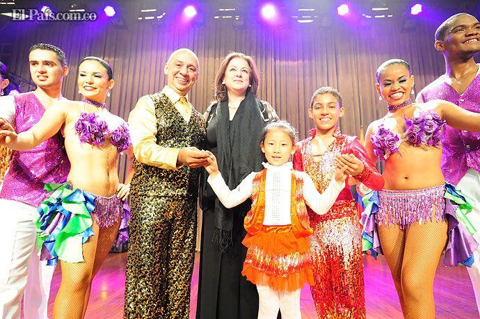 Bailarines de Delirio pusieron a China, Mongolia, Kazajistán y Rusia a bailar salsa Los artistas caleños deslumbraron a los asistentes al Meet in Beijing, la mayor fiesta artística de Asia. Los bailarines también conquistaron a los más pequeños durante un taller de baile dictado en la escuala de danza y música de Mongolia.