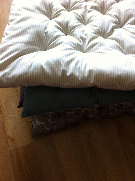 17 meilleures idees a propos de salons de futon sur pinterest for Tapis exterieur avec matelas canapé futon