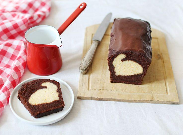 Cette année, à l'approche de Pâques, j'ai eu envie de m'amuser un peu en réalisant pour la première fois un gâteau caché (ou gâteau surprise), en dissimulant une surprise au cœur …