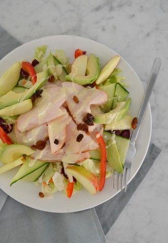 Een lekker en gezond recept voor een snelle salade met gerookte kip, appel en kerriemayonaise.