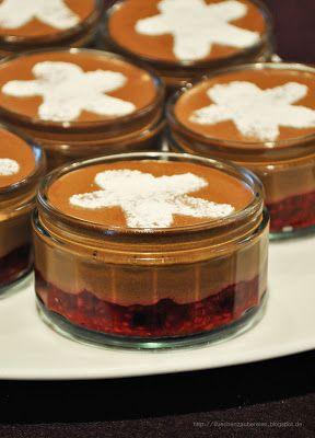 Weihnachtliches Mousse au Chocolat mit gemischten Beeren