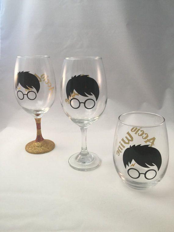 Dit glas wijn is PERFECT voor Harry Potter fanatici! Het beschikt over een hand flonkerde stam, accio wijn in goud op de rug, en een bekende silhouet op de voorkant - compleet met de lightening bout litteken. Glitter is verzegeld.  Als u arenta fan van de stang glitter, dat is oke. U kunt ook het zelfde glas met een duidelijke stem of geen stem helemaal bestellen.  Aanpassing: Custom orders worden geaccepteerd. Gewoon message me. Voel je vrij om het wijzigen van de offerte, kleur of al het…