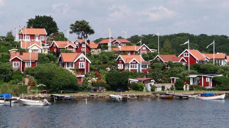 I utkanten av Stockholms skärgård under sommaren. Röda små hus.. #skärgård #stockholm #hus #röda #hav