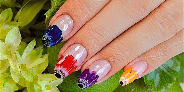 Весной даже не у лакоманьяков наступает маникюрное обострение, когда хочется раскрасить все ногти во все цвета радуги, нарисовать на них цветочки, сердечки и что-нибудь подчеркнуто