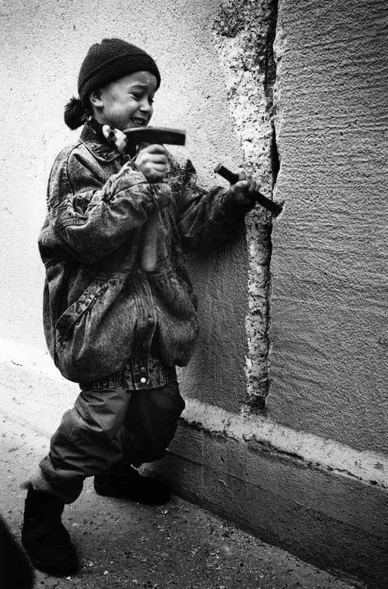 Tarihte bugün, 9 Kasım 1989' da Berlin Duvarı yıkıldı.  9th November 1989, The Fall of the Berlin Wall.    #berlin #worldwar2 #berlinwall #fallofberlinwall #history #tarih #tarihtebugn #tarihten #historychannel #ottoman #gununfotografi #photooftheday #gununkaresi #love #tweegram #photooftheday #20likes #followforfollow  #tarihduragi