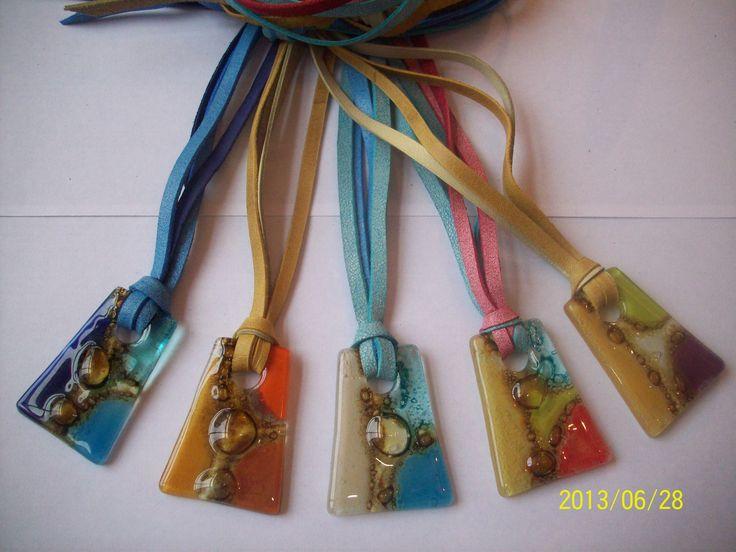 Collares largos realizados en tiras de cuero y  vitrofusion