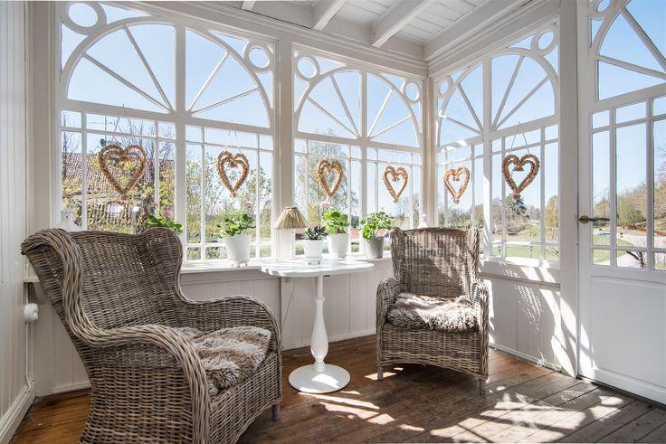 Välkommen till en fantastisk sekelskiftesvilla med många bevarade detaljer såsom ett flertal kakelugnar, spegeldörrar och originalfönster. Huset har genomgått omfattande och påkostade renoveringar där man tagit stor hänsyn till originalarkitekturen....
