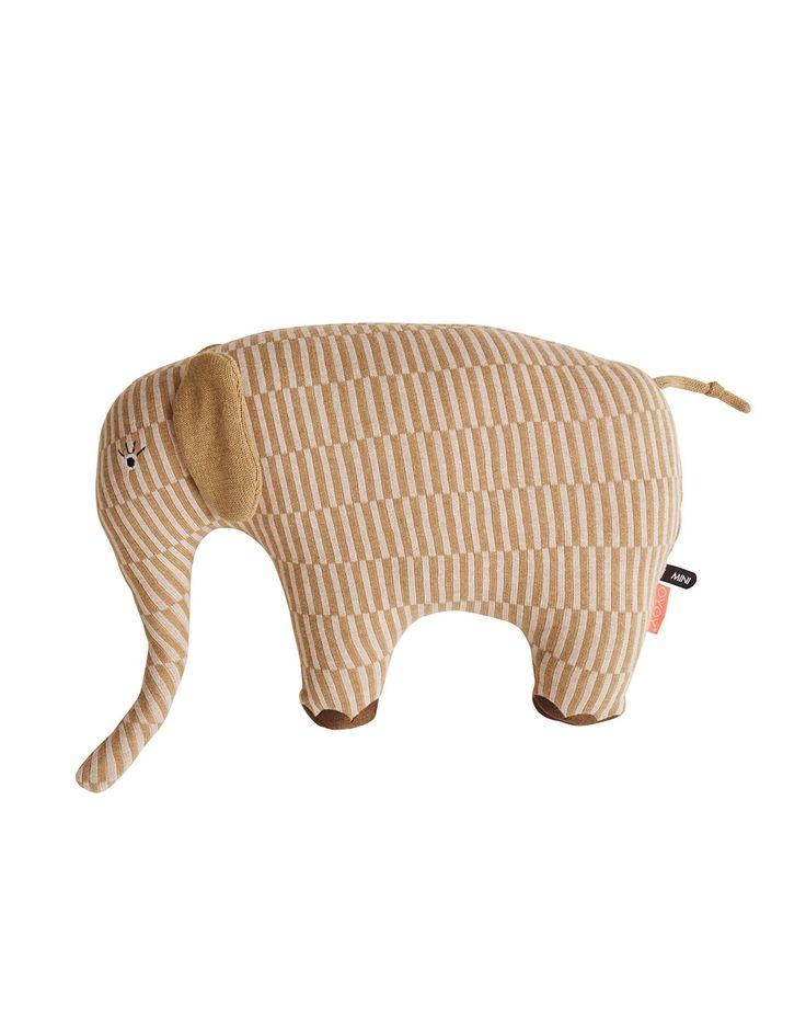PRODUCTISAVAILABLEMID NOVEMBER!For preorder plscontact  Deze grote olifant kan zowel als kussen of als knuffel gebruikt worden. Het deense ontwerp is erg hip en knuffelbaar.  Merk: OYOY Living design Kleur: Roze / Peru Knuffel Dumbo is: h35 x l 40 x w14 cm Materiaal: 100% Cotton, Jacquardbrei Details: Geborduurde ogen enteennagels, hand gestikt en zachte fiberfill vulling  Wasvoorschrift:  Vlekken handmatig metnatte doekbewerken-geen handwas
