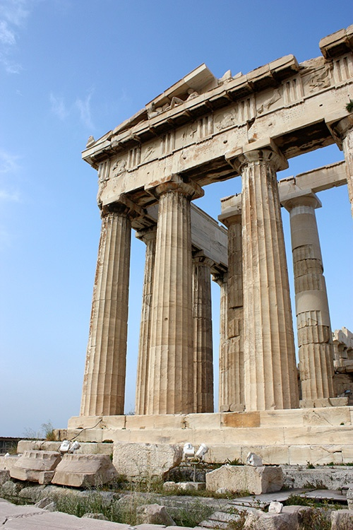 Partenon. Symbol of Athens is located on top of the Acropolis overlooking the city. It is the sacred temple of the goddess Athena, protector of the city.