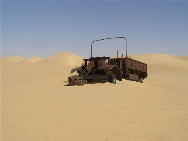 Ils étaient équipés d'un plus grand radiateur, un système de condenseur, construit des ressorts à lames pour le terrain dur, pneus larges du désert, à basse pression, tapis de sable et de canaux, [nb 3] plus carte conteneurs et un compas solaire conçu par Bagnold.  la source
