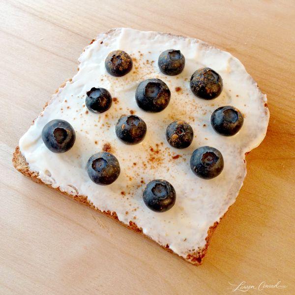 Plain Greek Yogurt, Blueberries & a Sprinkle of Cinnamon {Energy Breakfast}