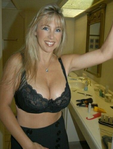 Mature blonde posing nude