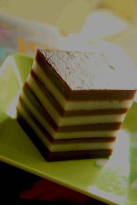 Masih dalam rangka penasaran ama kue lapis nih, bikin kue lapis beras...mmmmhm yummy. Tapi emang bikinnya kudu sabar waktu ngelapisnya. Tiap...