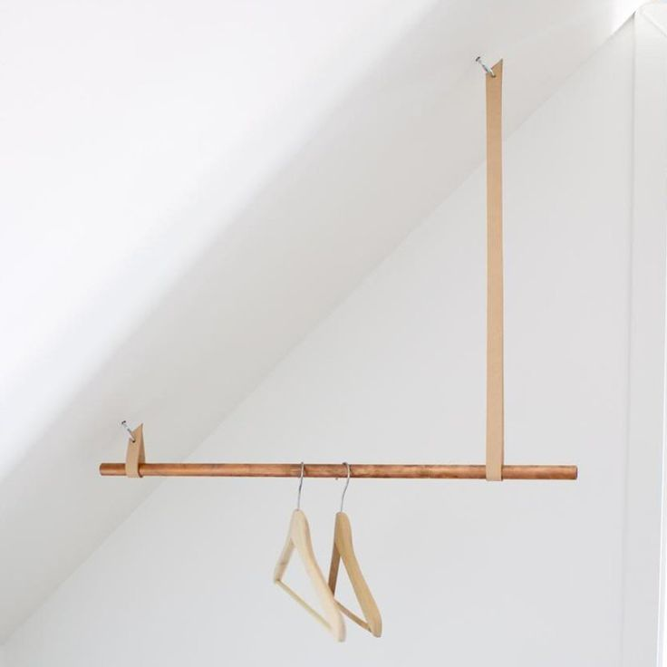 Un porte-vêtements pour une sous-pente - Marie Claire Idées - DIY clothes rack