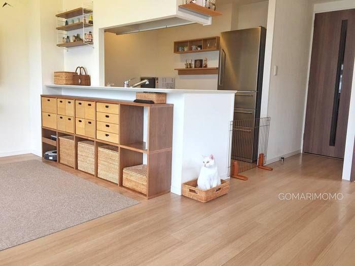 キッチンカウンターの下の空いたスペースにスタッキングシェルフを置いて。好きな形で置けるので、デッドスペースも有効活用できますね。