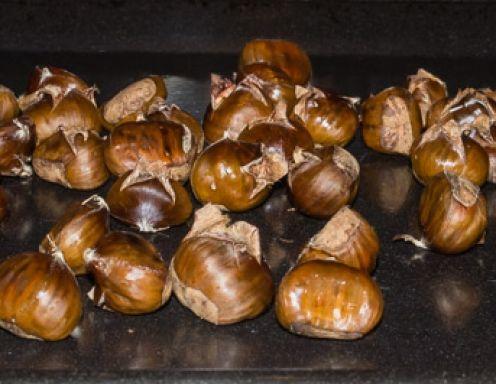 Zum Maroni braten am besten frische Maroni verwenden. Frische Maroni sind viel schwerer als alte oder sogar wurmstichige Ware. (Ganz leicht