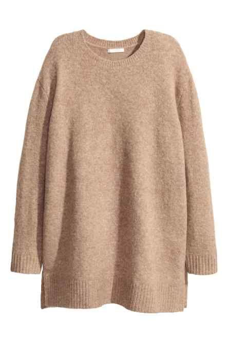 Camisola de malha fina: Camisola de malha fina com uma percentagem de lã. Tem mangas raglan compridas e orlas enroladas sem acabamento. Corte arredondado na base e costas ligeiramente mais compridas.