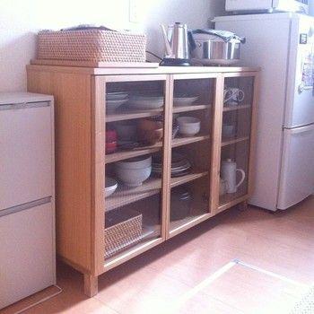 インテリアの基本!高さを出さない! こうすることで全体が広く見えるんです。 シンプルで低い食器棚って意外と少ないんですよね。 収納力も申し分なし。
