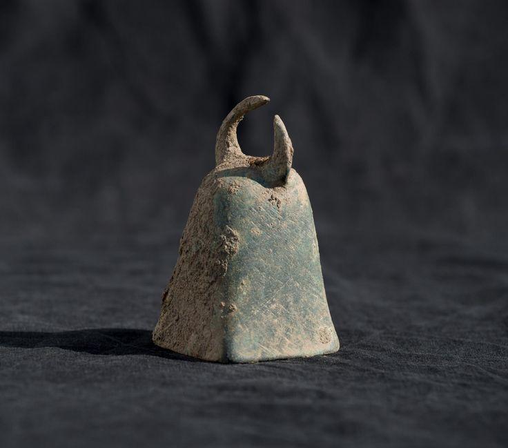 Clochette en bronze, utilisée pour le culte de Mithra © Denis Gliksman, Inrap