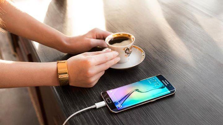 Cât timp îți savurezi cafeaua, bateria #GalaxyS6edge s-a încărcat! E atât de simplu!
