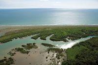 El mar, las playas y los canales de los esteros son importantes corredores de conectividad entre las comunidades tradicionales que habitan l...