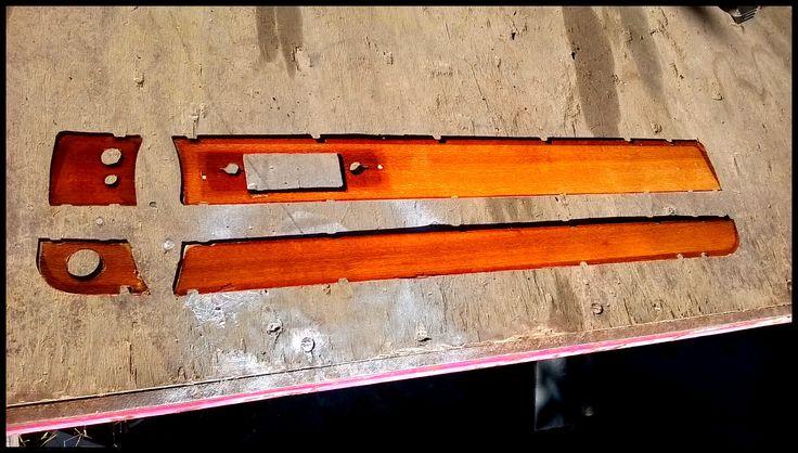 Foto di inserti in legno dopo essere stati carteggiati e lucidati. Particolari che sono montati nella plancia/cruscotto di un'Alfa Romeo Giulia del 1972