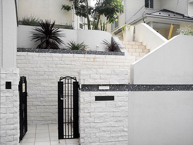 外構、外壁、白壁、モザイクタイル、モノトーン、門柱、アジアンリゾート、タイル、門扉、アイアン、階段