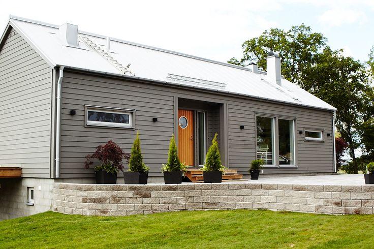Trivselhus, liggande panel. Exempel på grå fasadfärg samt trädörr. Snyggt!