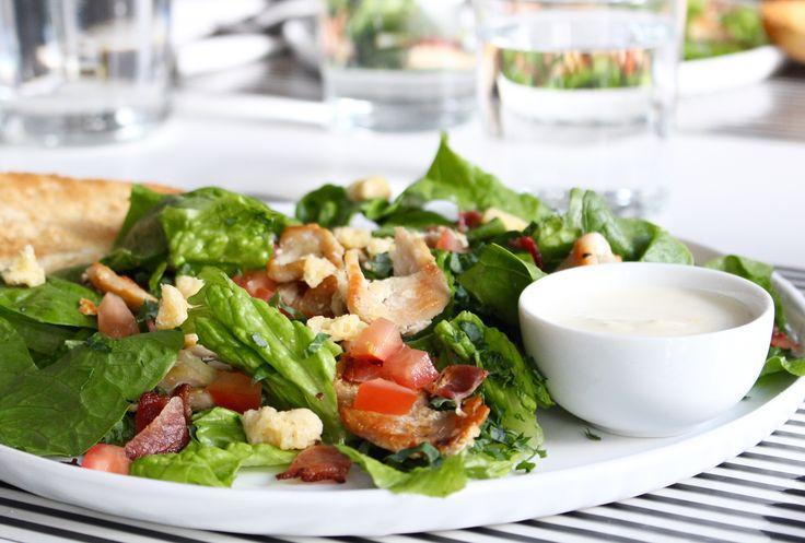 Matig sallad med grönkål, kyckling, bacon & parmesanchips - Uplifting - allt om god mat - recept, tips, restauranger, dryck