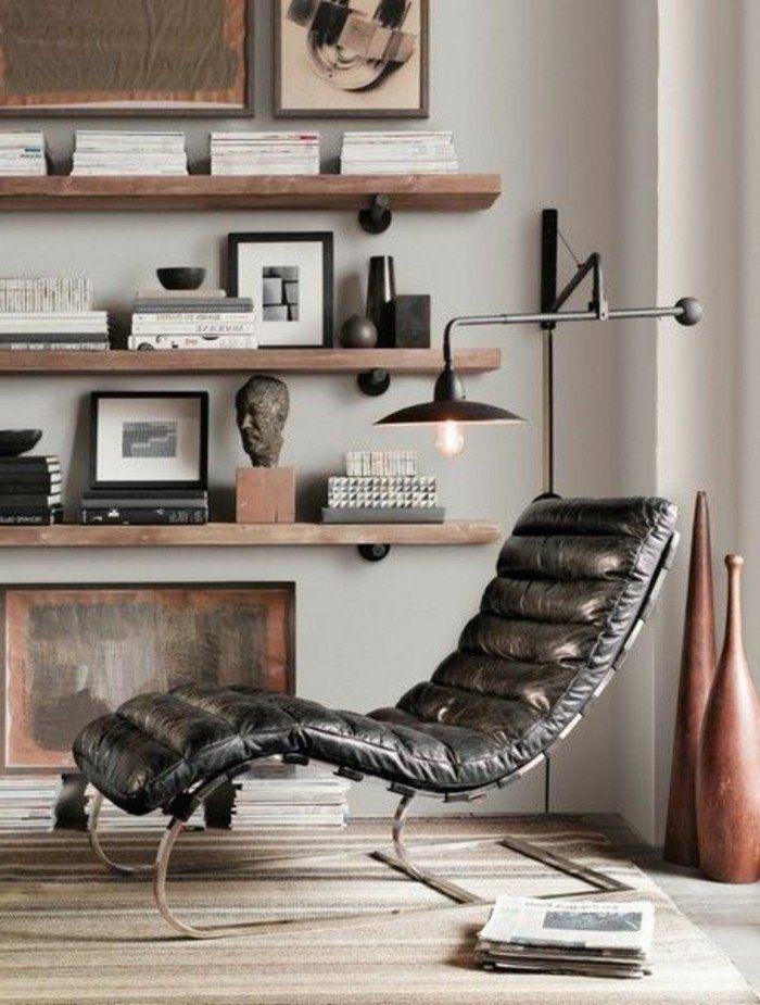 bibliothèque étagère en bois brut chaise en cuir noir