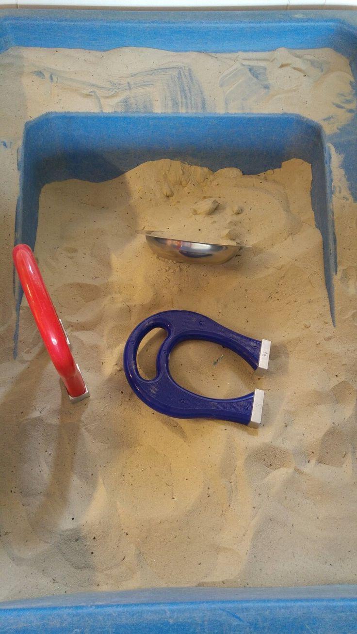 Schatzoeken met magneten in de zandtafel