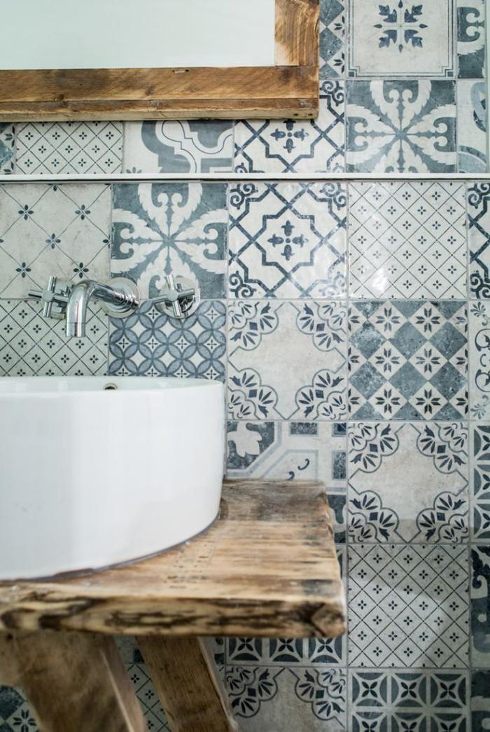 robinet mural, comptoir bois, carreaux ciment au mur, vasque à poser