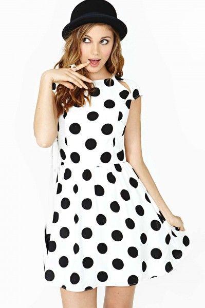 1e1ce4dd3 Vestido branco com estampa de bolinhas pretas grandes é o modelo mais usado  de fantasias anos
