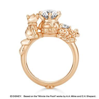 こぼれ落ちそうなハチミツに顔を寄せる「プーさん」をデザインしたキュートな婚約指輪。ハニーポットやみつばち、お花…可愛いものに囲まれて、指輪を見るたび幸せな気分になりそう。 ※こちらはお客さまのオーダーメイドジュエリーです。