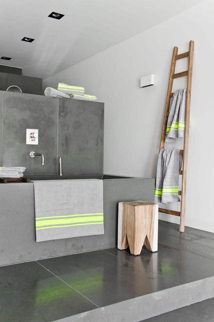 een ladder als handdoeken rek in de badkamer