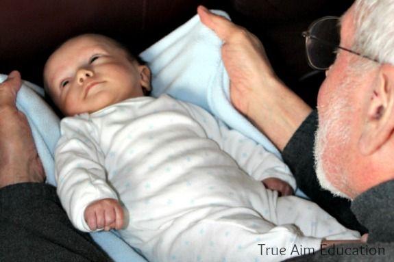 0-3 ay bebek egzersizi bebeğinizi bir battaniye üzerine yatırın. Resimdeki gibi battaniyeyi iki ucundan tutarak bebeğinizi oturur duruma getirin ve ardından tekrar yatırın. Oturur duruma getirdiğinizde yapacağınız komik suratlar ilgisini çekecektir.