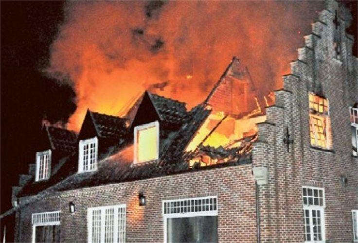 het hele huis vliegt in brand en de inspectuer pakt de zoon van rodovan mee en slaagt een raam uit en raakt met hevige brandwonden naar buiten.