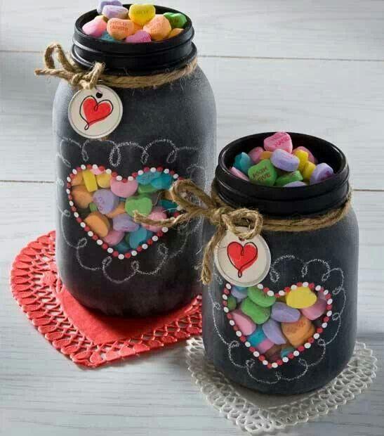 hartje van papier op de glazen pot leggen, dan de pot spuiten of verven. Hartje verwijderen en verder met stift versieren