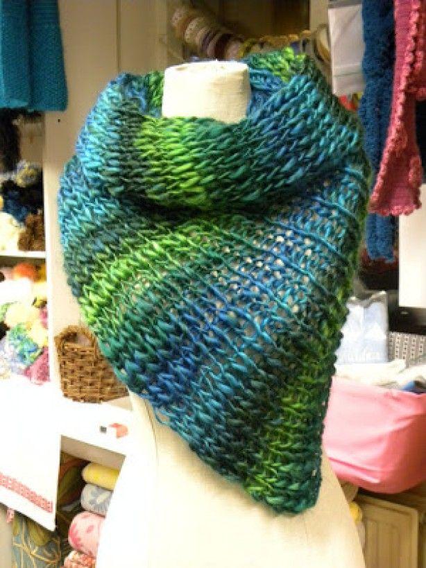 Makkelijk zelf een sjaal breien!De bollen kosten 5,95 per stuk en voor de schouderwarmer heb je er 2 nodig. Breien op rondbreinaalden no. 8.    Dit is een super makkelijk idee: zet 30 steken op met naalden 12 en brei 1 steek recht, 1 steek averecht