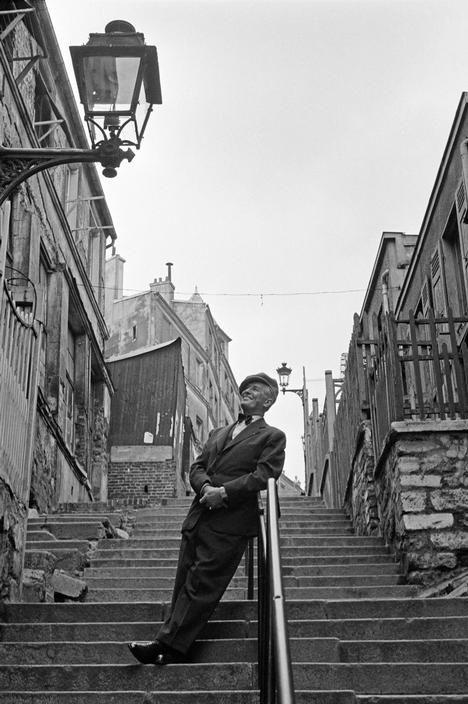 Maurice Chevalier. Paris, 1954.Photo : Erich LessingIllustration de la chanson :Les gars de Ménilmontantsont toujours remontantmême en redescendantles rues de Ménilmuche…
