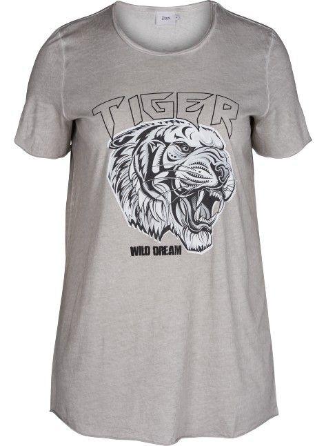 T-shirt med print fra Zizzi.  Denne t-shirt har cool print på front og er lavet i 100% bomuld.  Style t-shirt med en plissé nederdel eller slim fit Zizzi jeans for at skabe et moderne look.